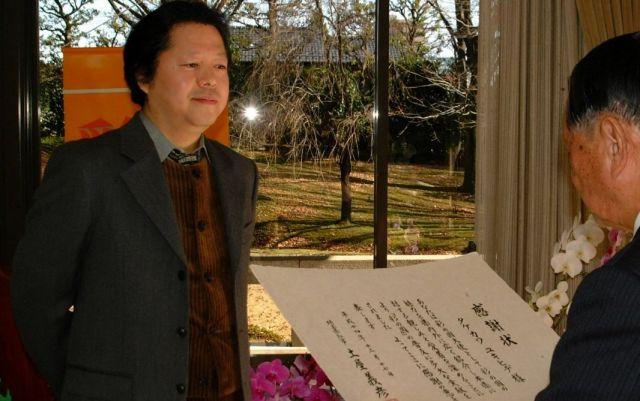 彩の国大使の感謝状をもらうタケカワユキヒデさん(2002年12月17日)
