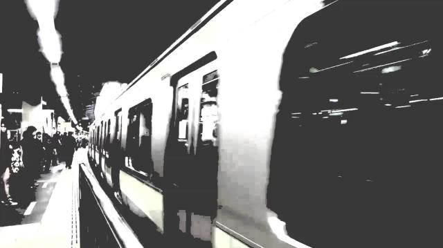 駅のホームの例。上が視覚症状のない人の見え方で、下がASDの人の視覚症状。大きな動きにより色が消え、ぼやけて見える。※VR体験の映像とは異なります=情報通信研究機構・長井主任研究員提供