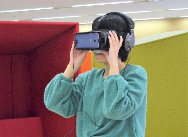 VR体験をする筆者