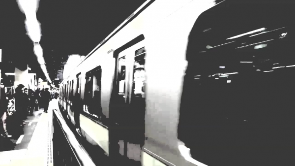 駅のホームの例。ASDの人の視覚症状。大きな動きにより色が消え、ぼやけて見える。※VR体験の映像とは異なります=情報通信研究機構・長井主任研究員提供