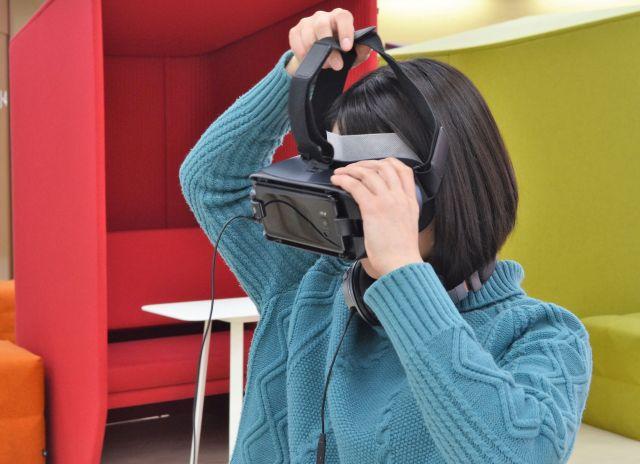 VR体験用のゴーグルを装着するスタッフ