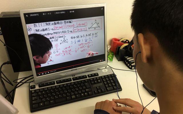 秋山さんとの出会いで、学ぶ機会を取り戻した高校生。YouTubeにアップされた数学の動画で学ぶ=東京都文京区の「未来教室」