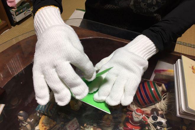 指先が上手に使えない障害を体験するため、軍手を二重にしておりがみを折ってみる。「葛飾キャラバン隊SUN RISE」ではこんなことを通じて啓蒙しています=東京都葛飾区