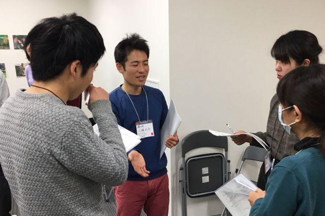 「『学び合い』神奈川の会」の模擬授業・相談会で話をする代表の小林大介さん(左から2番目)=神奈川県厚木市