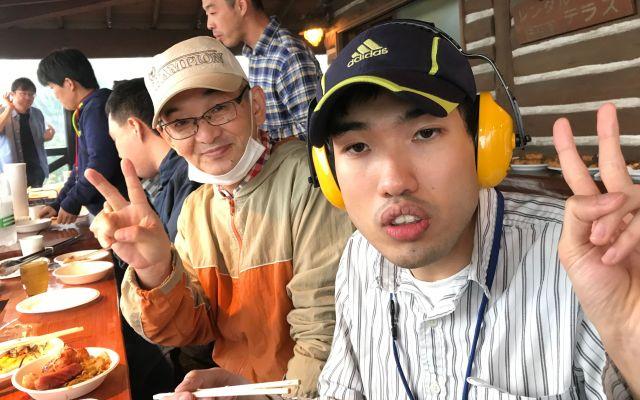 一緒にバーベキューを楽しむ中尾佑次さん(左)と息子の秀真さん。秀真さんは聴覚過敏もあり、周囲の音を軽減するイヤーマフを身につけている