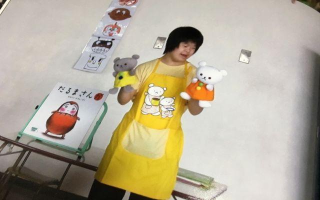 学校に通っていたころの堀さんの長女。地域の子どもたちにパペットを使ってお話をするととても好評で、今春から再開された=東京都葛飾区