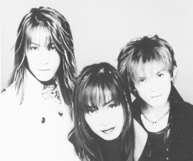 97年にメジャーデビューしたV系バンド・SHAZNA。IZAMさん(中央)は、翌98年公開の映画『クレヨンしんちゃん 電撃! ブタのヒヅメ大作戦』に本人役で出演、主題歌も担当した。