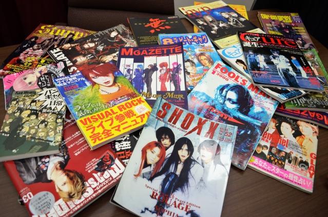 90年代以降、書店の棚には数々の専門誌が並んだ。元々、洋楽など多様なジャンルを扱っていた雑誌が、後にV系バンドだけを取り上げるようになったケースも=野口みな子撮影