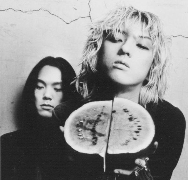 「黒夢」のボーカル・清春さん(右)と、ベースの人時さん。ともに岐阜県出身で、「名古屋系」と呼ばれるV系サブジャンルの基礎を築いた。