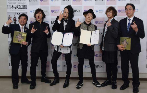 茨城県出身の4人組「MUCC」。左2番目から右へ順に、ドラムのSATOちさん・ボーカルの逹瑯さん・ギターのミヤさん・ベースのYUKKEさん。水戸・石岡両市の観光大使も務める。