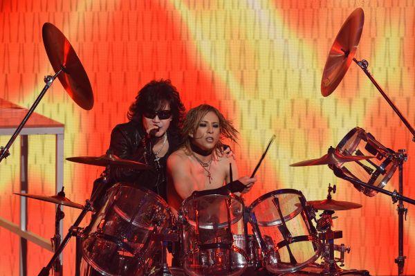 NHKの「紅白歌合戦」で演奏する、「X JAPAN」のボーカル・TOSHIさん(左)とドラムのYOSHIKIさん。