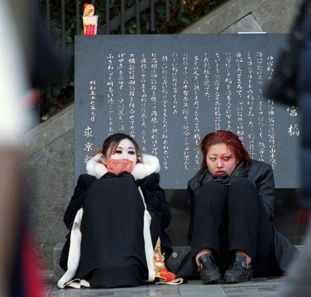 神宮橋に座り込む、V系バンド風のメークをした女性たち。2001年元旦に撮影。