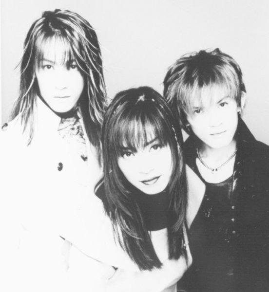 1997年にメジャーデビューしたV系バンド・「SHAZNA」。ボーカル・IZAMさん(中央)は、人気アニメ『クレヨンしんちゃん』の映画に本人役で出演するなど、お茶の間の人気者に。