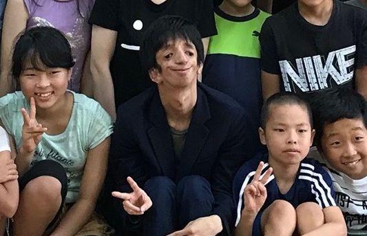 小学生と交流するトリーチャーコリンズ症候群の石田祐貴さん(中央)