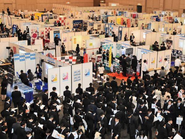 平成最後の年にも、多くの就活生が合同会社説明会に並んだ=2019年3月4日、静岡市