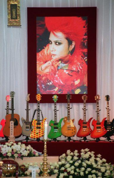 「X JAPAN」のギタリスト・hideさんは1998年5月に急死。葬儀が開かれた築地本願寺には、遺影と愛用のギターが飾られ、多くのファンが詰めかけた。
