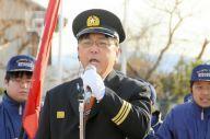 みよし市消防団の出初・観閲式で応援ソングを熱唱する深谷委宏さん=2019年1月6日、愛知県みよし市、同市提供