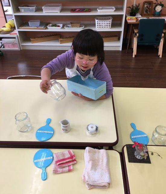 昼食の前、テーブルのセッティングをする子ども=東京都文京区の「富坂子どもの家」