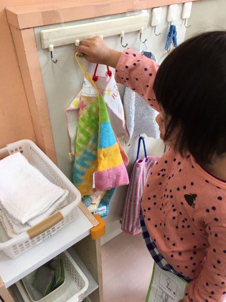 毎日持って来たタオルを所定のところにぶら下げます。こうしたことを通じて、集団でのルールを少しずつ学んでいきます=東京都文京区の「富坂子どもの家」
