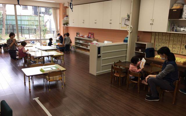 児童発達支援施設では、スタッフが寄り添いながら子どもたちの自主的な活動をベースにして発達を促している=東京都文京区「富坂子どもの家」