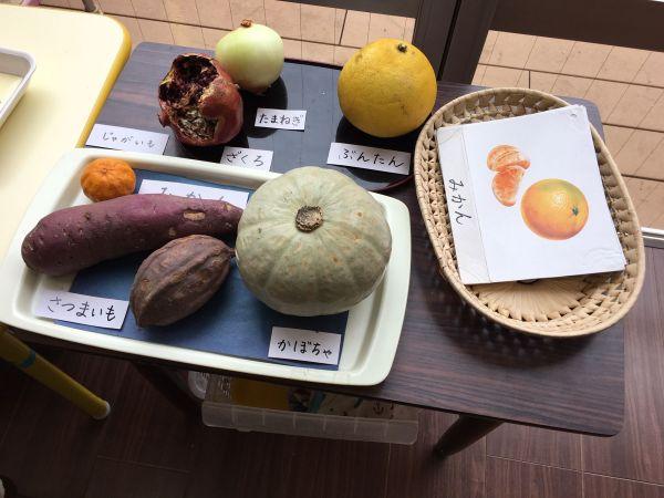 子どもたちが過ごす部屋には、日常生活で目にするものがいたるところにあります。野菜も一つ一つ、さわって覚えていけるように置いてあります=東京都文京区の「富坂子どもの家」