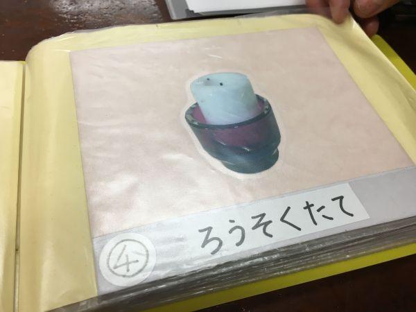 昼食セッティング④は、ろうそくたてを置くです=東京都文京区の「富坂子どもの家」
