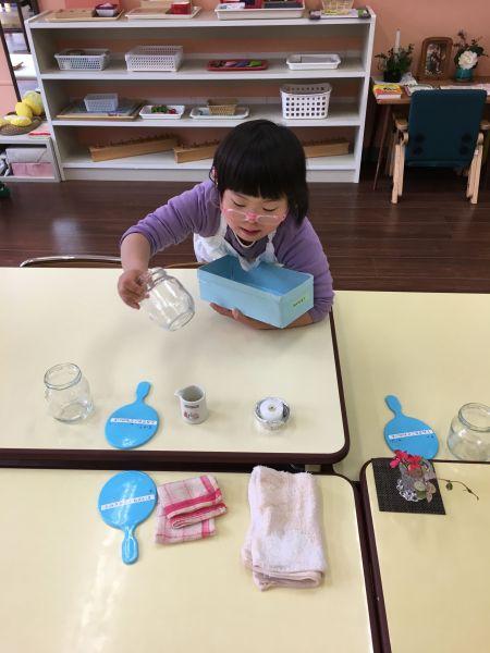 お弁当を食べるテーブルに、人数分、必要なものを一つ一つ決められた場所にセッティングしていきます=東京都文京区の「富坂子どもの家」