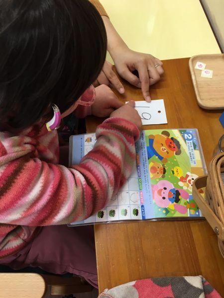 連絡帳のカレンダーには、登園日のところに自分でシールを貼ります。カレンダーを通じて、日にちや天気といったことを覚えていくように促しています=東京都文京区の「富坂子どもの家」
