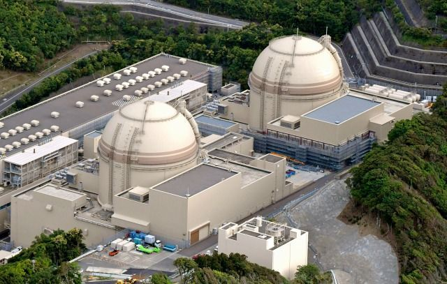 関電大飯原発3号機(左)と4号機=2017年5月17日、福井県おおい町