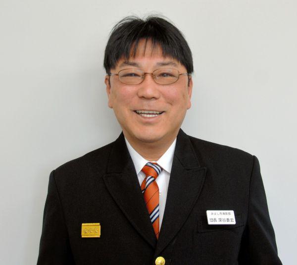 深谷委宏さん。演歌歌手当時は角刈りだったが、いまは坊ちゃん刈り=愛知県みよし市