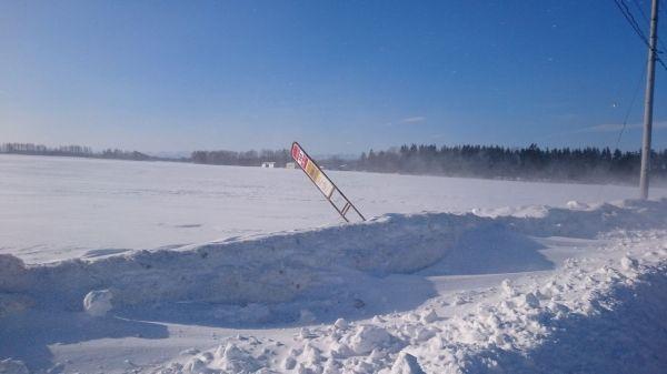 雪に埋まる幸福駅バス停