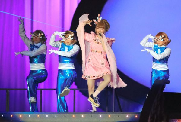美空ひばり生誕80周年記念コンサートで「東京キッド」を歌うきゃりーぱみゅぱみゅさん=2017年4月5日、東京ドーム、長島一浩撮影