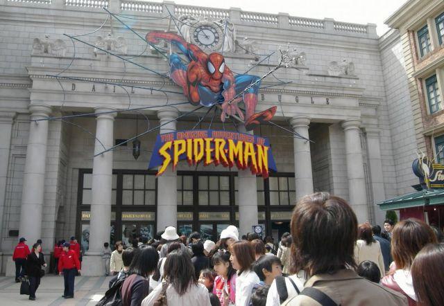 USJのスパイダーマンの人気アトラクション前にできた行列=2004年3月31日