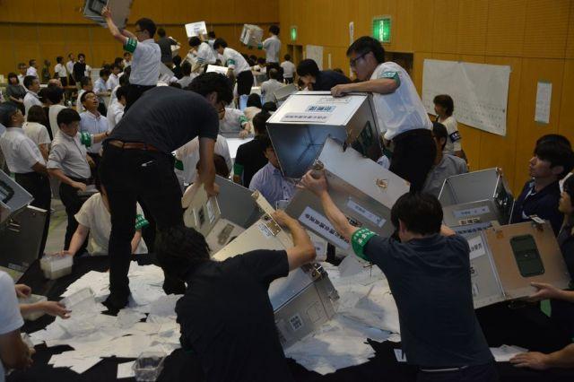 2017年7月にあった松阪市議選の開票作業は深夜に及んだ=松阪市ハートフルみくもスポーツ文化センター