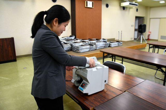 投票用紙計数機を使ってみた=三重県松阪市殿町