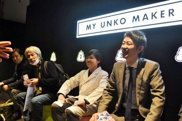 うんこミュージアムを楽しむ石井会長(右から2番目)