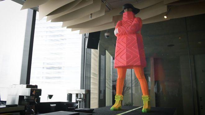 「PLUSTOKYO」にあるバーカウンターには、巨大なオブジェが立っている=山本哲也撮影