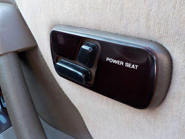 高級感のあるパワーシートの操作スイッチ