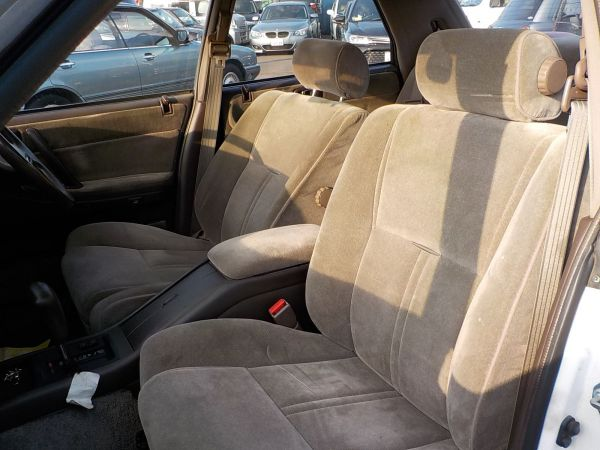 いかにも品行方正なデザインの、クラウンのフロントシート