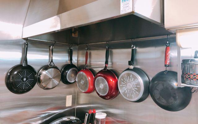 福山さん自宅の台所にぶら下がるフライパン。倉庫にもたくさんあるという。ご本人の提供写真