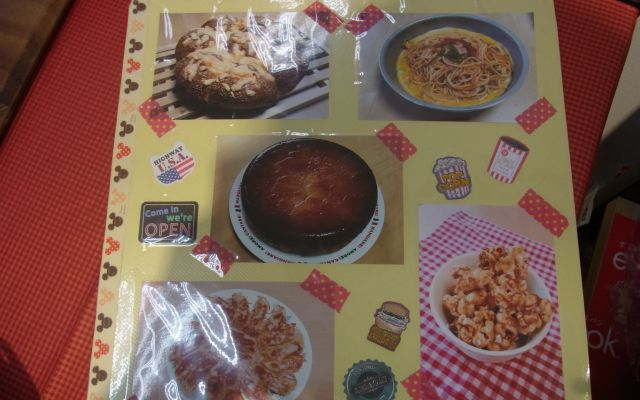 実演に持参するてづくりの料理集。右下のキャラメルをからめたポップコーンは娘が作ったそうだ。
