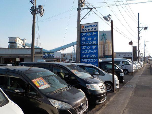仙台市宮城野区の中古車店「クライス」。平成末期の店頭で最前列に並ぶのは、売れ筋のミニバンたち