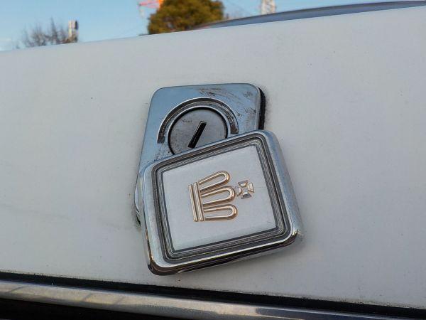 シーマと同様の、トランク鍵穴隠しのエンブレム。ヒンジの耐久性が心配ではある