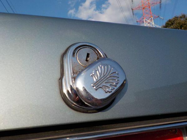 当時の高級車お約束の、トランク鍵穴隠しのエンブレム
