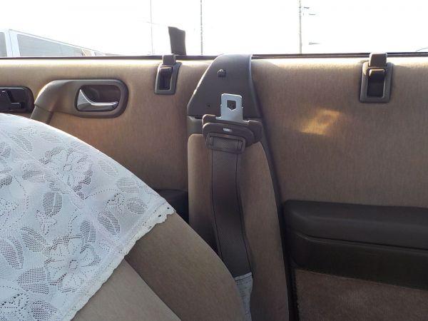 ドアから上にはピラーがないため、シートベルトはドア内側に収まる