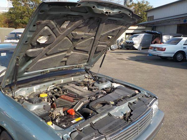 ボンネットの開閉は、つっかえ棒がいらないダンパー仕様。3リッターV6ターボのVG30DET型エンジンが収まる