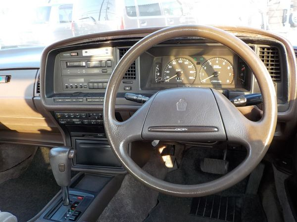 2本スポークのステアリングが、優等生な雰囲気を醸し出すクラウンの運転席