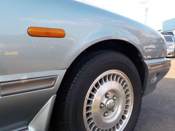 専用設計ボディーゆえのおおらかで幅広なデザインのウインカー