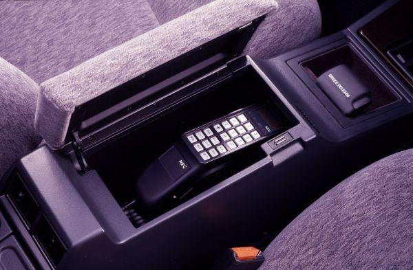 センターコンソールに据え付けられた、オプション装備の自動車電話。当時は最上級のステータスアイテムだった。しかし今となっては便利なのか不便なのか、いまいち分からない=日産自動車提供