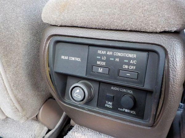 後部座席から操作できる、センターコンソールのエアコン類操作ボタン。シガーソケットが時代を感じさせる